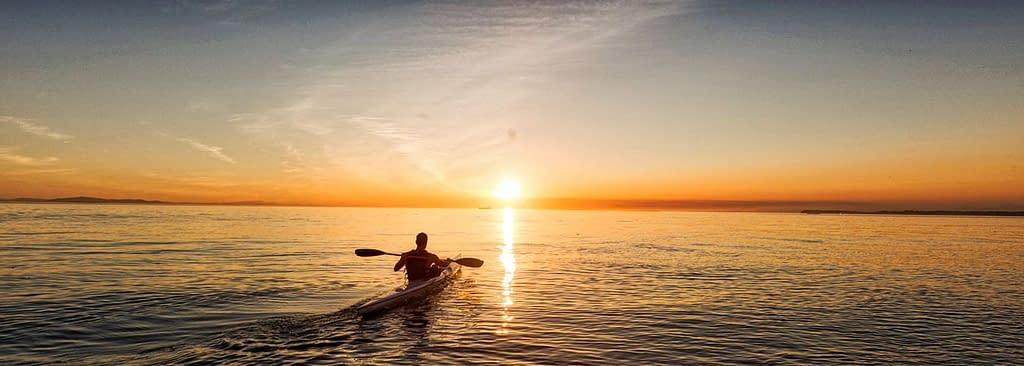 Kajak fährt in den Sonnenuntergang