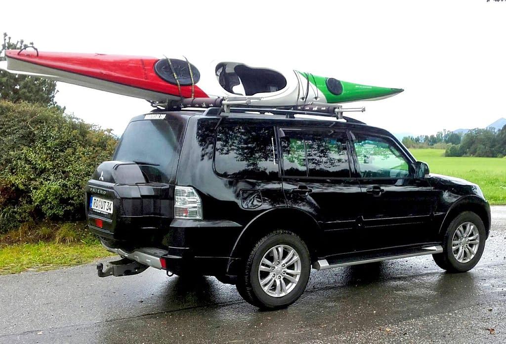 Touren und Events - Aufbruch zur Kajaktour in Deutschland. Auto mit Dachträger und Kajak